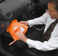 Warnweste als Paket im Auto